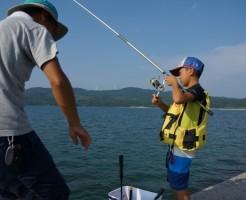 海釣りする子供